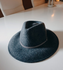 Stradivarius sivi zimski šešir