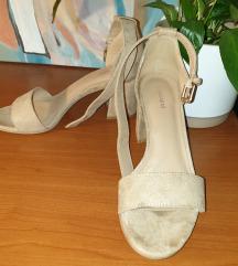 Ljetne otvorene sandale na nisku petu