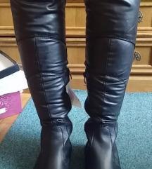 Crne visoke cizme ispod koljena s etiketom 38