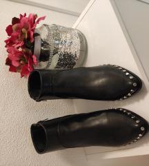 Nove kožne čizme sa zakovicama