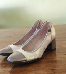 Paar srebrne kožne cipele