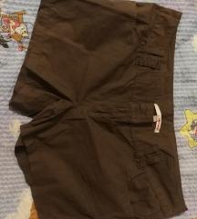 smeđe kratke hlače