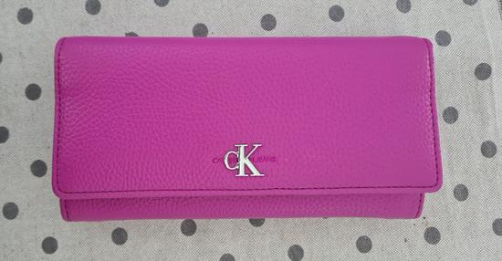 Calvin Klein rozi novčanik