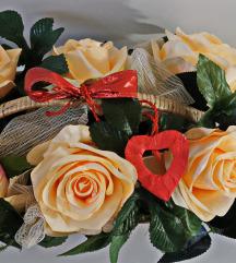 Svileni aranžman u košarici sa 6 ruža