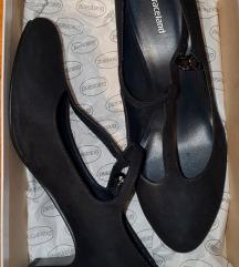 Nove cipele na manju petu