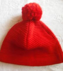 crvena kapa s pomponom