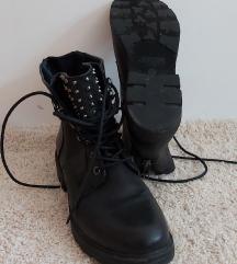 Čizme na vezanje s nitnama