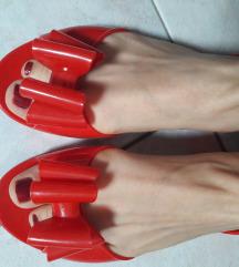 Crvene gumene sandale s mašnom