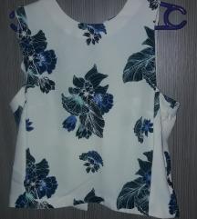 Bijela majica sa cvjetnim uzorkom