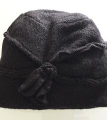 Crna vunena kapa