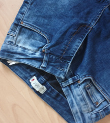 Skinny rastezljive tamno plave traperice poderane
