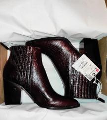 Nove Zara čizme s etiketom