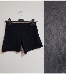 Crne čipkaste hlačice