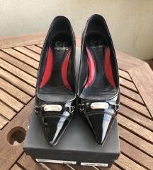 Crne lakirane cipele na petu