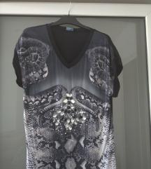 Crna majica sa atraktivnim ukrasima SADA 49KN!