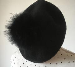 Kapa s krznenim pomponom
