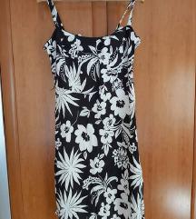 Crna haljina s bijelim cvjetovima