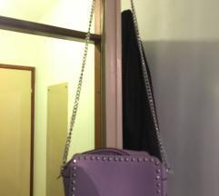 Ljubičasta torbica sa srebrnim detaljima