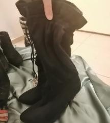 nove crne čizme od antilopa