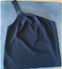 Crna majica na jedno rame
