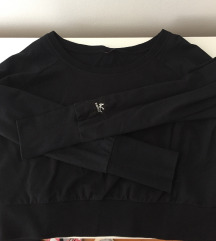Ann Christine crna majica pada preko ramena
