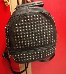 Crni ruksak sa zakovicama 70 kn