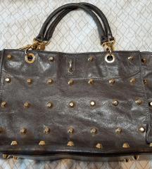 Siva , kožna torba sa zlatnim zakovicama
