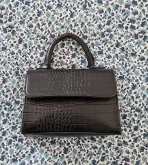 Mala crna kožna torbica s kroko uzorkom
