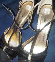 Crne cipele sa zlatnom štiklom
