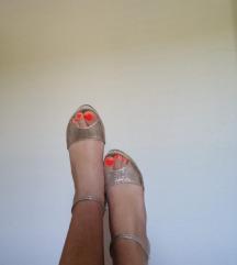 zlatne sandale na punu petu