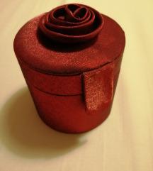 Crvena ukrasna kutija za nakit