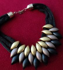 Crna efektna ogrlica s detaljima