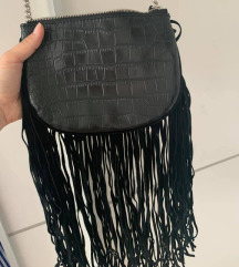 Zara crna torbica s resicama
