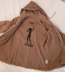 smeđa jakna s kapuljačom