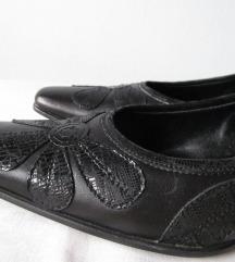NOVO NENOŠENO Kožne Crne cipele s cvijetom