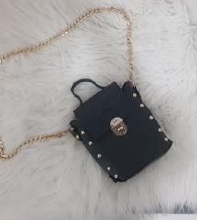 Crna torbica sa zlatnim lancem