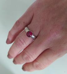 Srebrni prsten sa rubinom