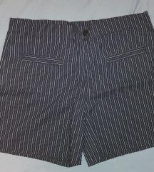 Prugaste kratke hlače