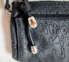 Nenosena mala crna torbica s puno pretinaca