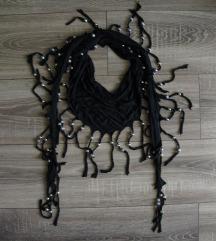 Otkvačeni crni šal