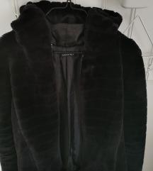 Crna bundica s kapuljačom
