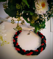 crveno crna ogrlica
