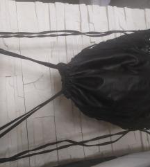 Crni ruksak na rese