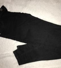 Crne hlače s poderanim koljenima