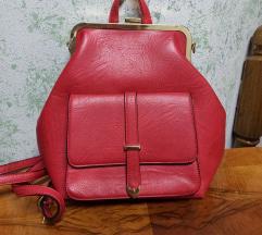 Novi crveni ruksak sa etiketom