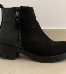 Crne čizme sa detaljem zmijske kože