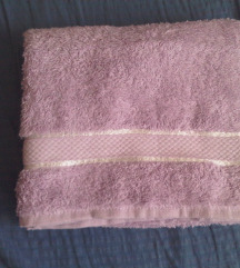 Novi lila ručnik s etiketom