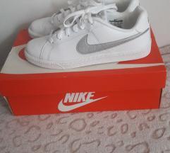 Nove Nike patike bijele 40