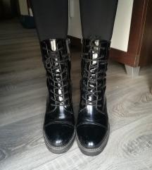 Crne lakirane čizme na petu