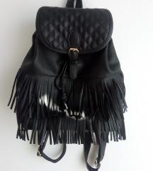 crni ruksak s resicama